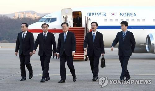 北朝鮮からチャーター機で京畿道・城南のソウル空港(軍用空港)に戻った特使団=6日、城南(写真共同取材団=聯合ニュース)