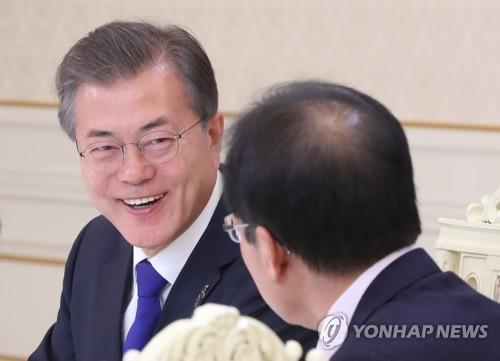会合で談笑する文大統領=7日、ソウル(聯合ニュース)