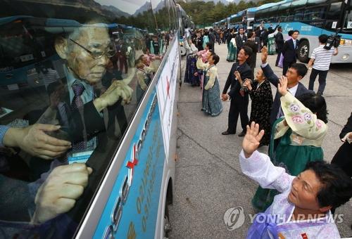 15年10月、北朝鮮の金剛山で開かれた離散家族再会行事(資料写真)=(聯合ニュース)