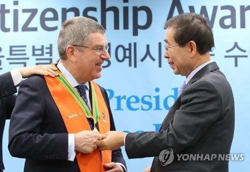 朴市長(右)とバッハ会長=8日、ソウル(聯合ニュース)