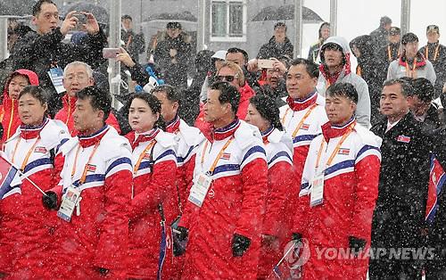 入村式に出席した北朝鮮選手団=8日、平昌(聯合ニュース)