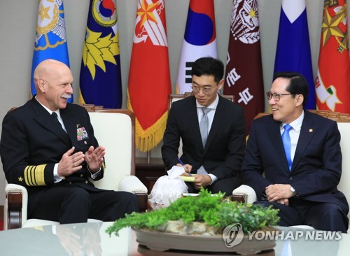 会談するスウィフト司令官(左)と宋長官=8日、ソウル(聯合ニュース)