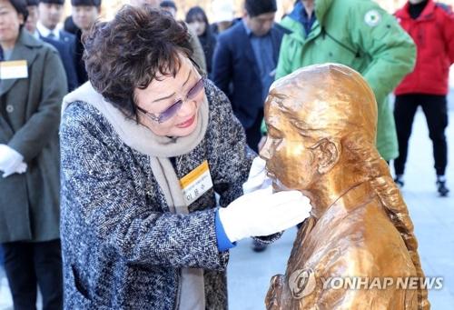 昨年12月に大邱市で行われた「平和の少女像」除幕式に出席した李さん(資料写真)=(聯合ニュース)