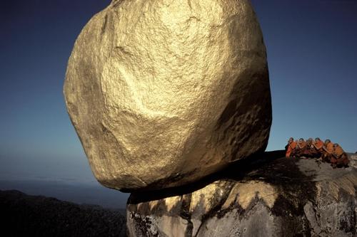 ミャンマーのゴールデンロックを撮影した久保田氏の作品(学古斎ギャラリー提供)=(聯合ニュース)