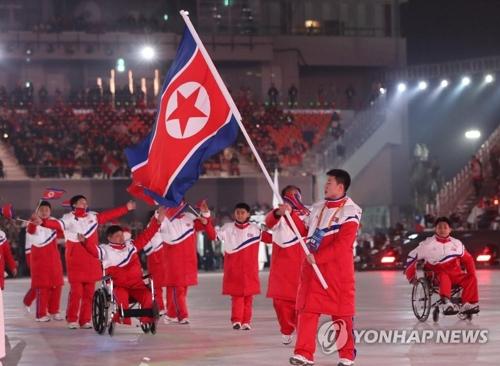 入場する北朝鮮選手団=9日、平昌(聯合ニュース)