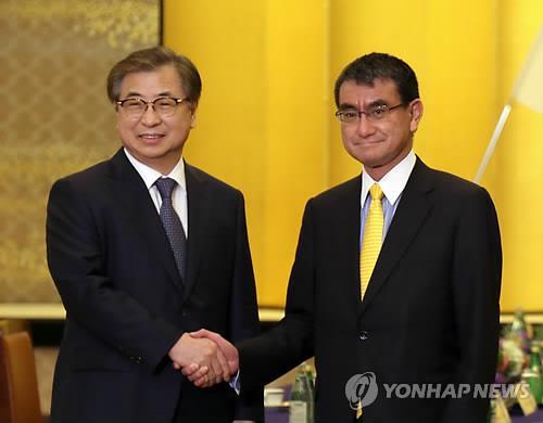 握手する徐氏(左)と河野氏=12日、東京(聯合ニュース)