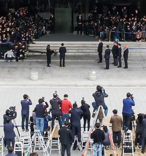 約600人の報道陣が詰めかけたソウル中央地検=14日、ソウル(聯合ニュース)