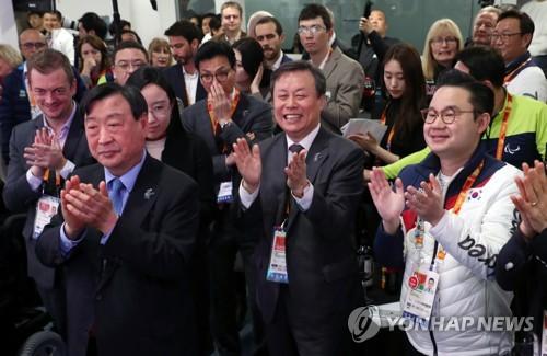 韓国選手団を激励する都鍾煥長官(中央)=13日、江陵(聯合ニュース)