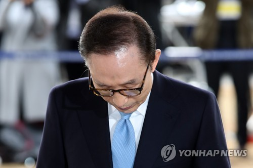 国民に向けたメッセージを読み上げた後、頭を上げる李氏=14日、ソウル(聯合ニュース)