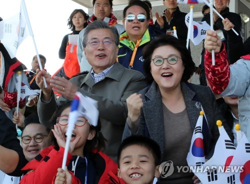 選手を応援する文大統領(中央左)と金正淑(キム・ジョンスク)夫人=14日、平昌(聯合ニュース)