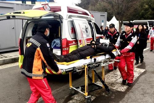 パラリンピックの会場周辺で負傷者を搬送する救急隊員(江原道消防本部提供)=(聯合ニュース)