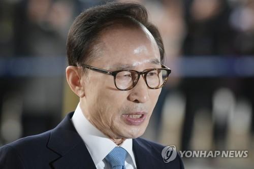 検察に出頭した李明博元大統領=14日、ソウル(聯合ニュース)
