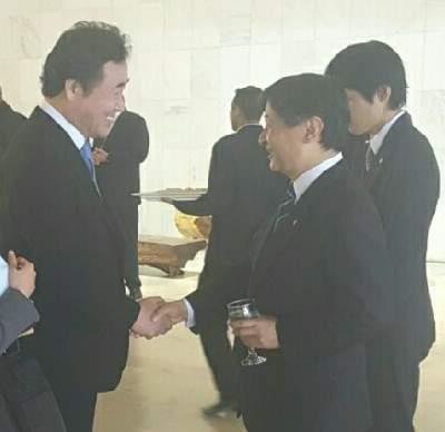 あいさつを交わす李首相(左)と徳仁親王(国務総理室提供)=(聯合ニュース)