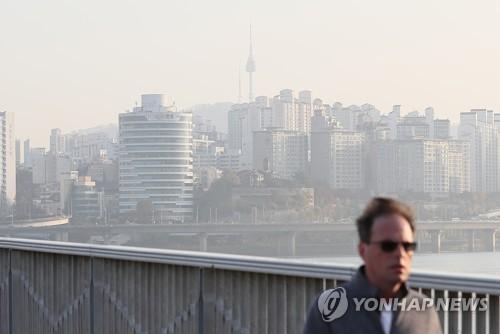 粒子状物質で白くかすむソウル市内(資料写真)=(聯合ニュース)