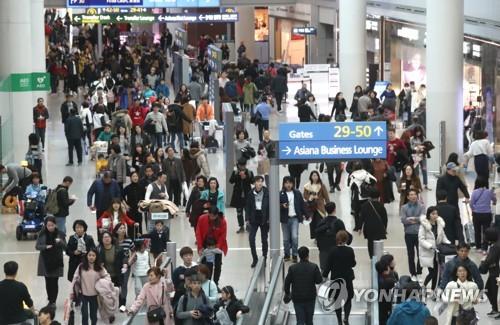 旅行客で混み合う仁川空港=(聯合ニュース)