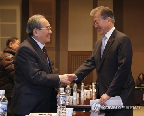 文大統領(右)と林東源氏(資料写真)=(聯合ニュース)