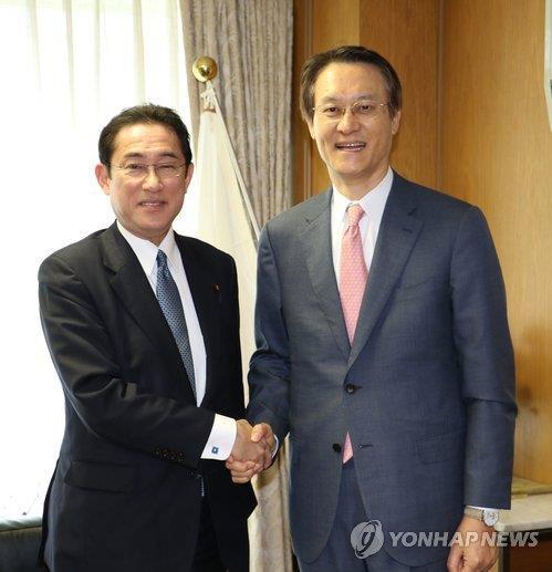 握手する李洙勲駐日大使(右)と自民党の岸田文雄政調会長(在日韓国大使館提供)=12日、東京(聯合ニュース)