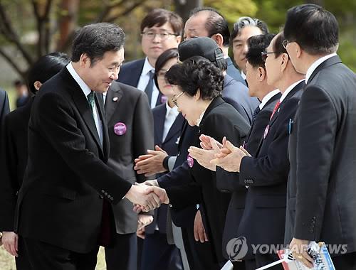 臨時政府樹立記念式典に出席した李首相(手前左端)=13日、ソウル(聯合ニュース)