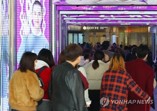 ソウル中心部にあるロッテ免税店。中国人をはじめとする外国人観光客でこみ合っている(資料写真)=(聯合ニュース)