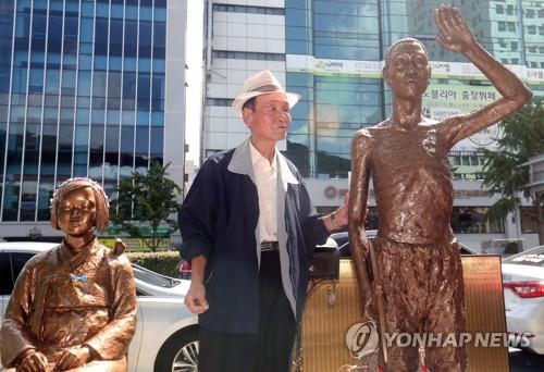 市民団体が日本総領事館前に建てる予定の労働者像(右、資料写真)=(聯合ニュース)