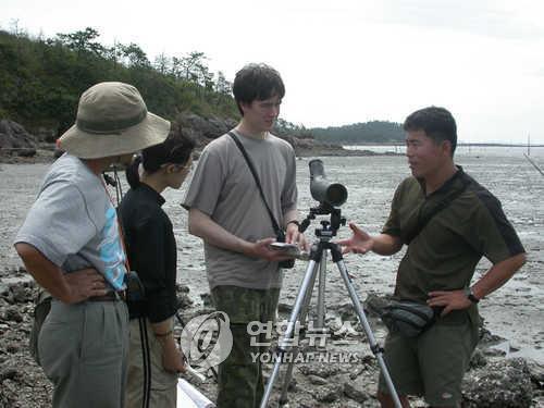 渡り鳥保護事業に取り組む韓日ロの関係者たち(資料写真)=(聯合ニュース)