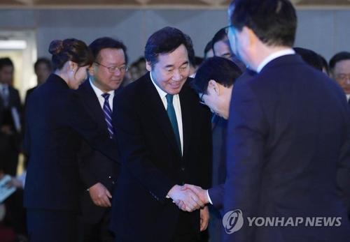 「第4回国民安全の日」に行われた行事で出席者と握手する李洛淵首相=16日、ソウル(聯合ニュース)