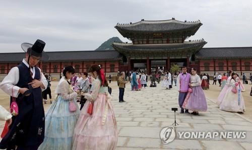 韓国伝統衣装を着て故宮を訪れる外国人観光客(資料写真)=(聯合ニュース)