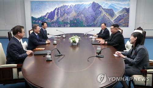 会談する文大統領(左列中央)と金委員長=27日、ソウル(聯合ニュース)