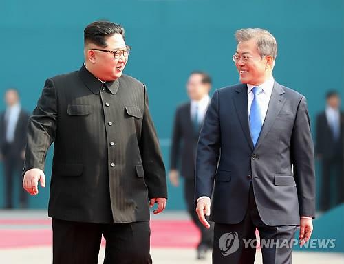 板門店内を歩く文大統領(右)と金委員長=27日、板門店(聯合ニュース)