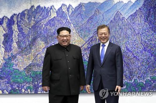 文大統領(右)と金委員長=27日、板門店(聯合ニュース)