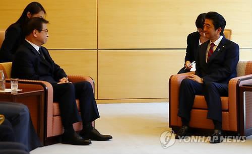安倍首相(右)と会談する徐院長=29日、東京(聯合ニュース)