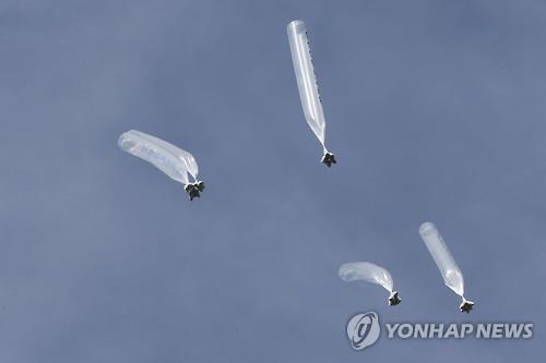 脱北者団体が北朝鮮の体制を批判するビラをつけて飛ばした風船(資料写真)=(聯合ニュース)