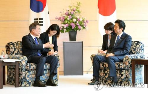 東京の首相官邸で会談する文大統領と安倍首相=9日、東京(聯合ニュース)