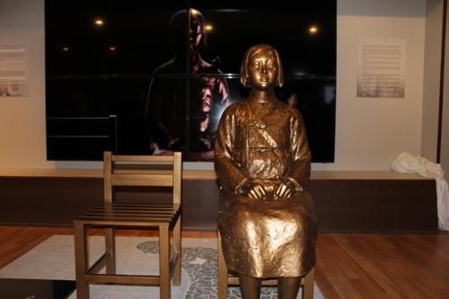 韓人会館内の少女像=10日、ニューヨーク(聯合ニュース)