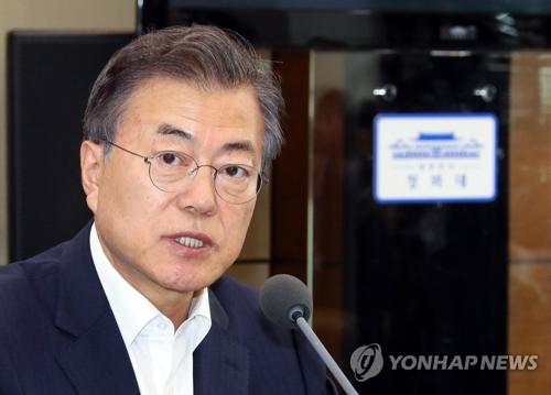 首席秘書官・補佐官会議で発言する文大統領=9日、ソウル(聯合ニュース)