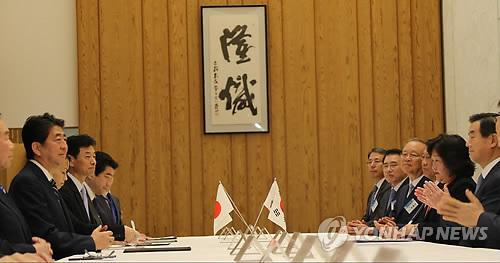 韓国経済人の表敬訪問を受ける安倍首相(左列、手前から2人目)=14日、東京(聯合ニュース)