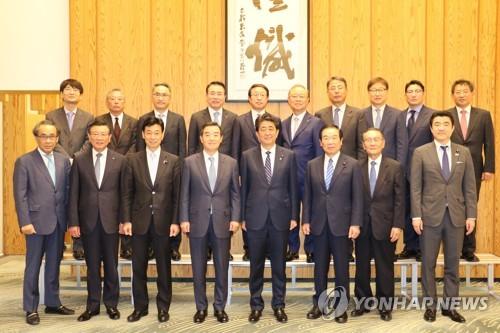 安倍首相と記念撮影する韓国経済人=14日、東京(聯合ニュース)