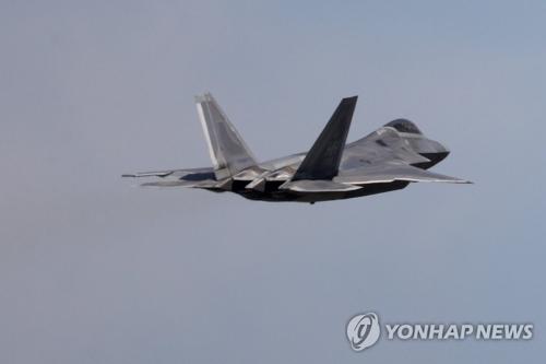 韓米合同訓練に参加している米空軍の最新鋭ステルス戦闘機F22=16日、光州(聯合ニュース)