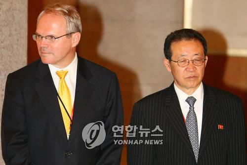 2008年に行われた6カ国協議で北朝鮮の首席代表を務めた金桂官氏(右)と当時、米首席代表を務めたクリストファー・ヒル元国務次官補(資料写真)=(聯合ニュース)