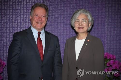 康京和外交部長官(右)とWFPのビーズリー事務局長=16日、ソウル(聯合ニュース)
