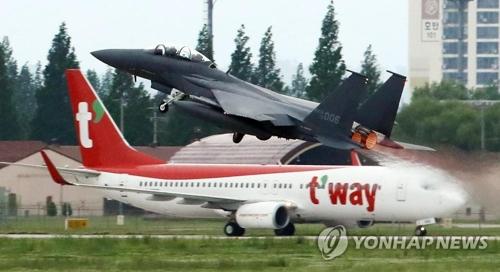 韓国南西部・光州にある空軍第1戦闘飛行団の滑走路から離陸する米空軍の戦闘機(奥)=光州(聯合ニュース)