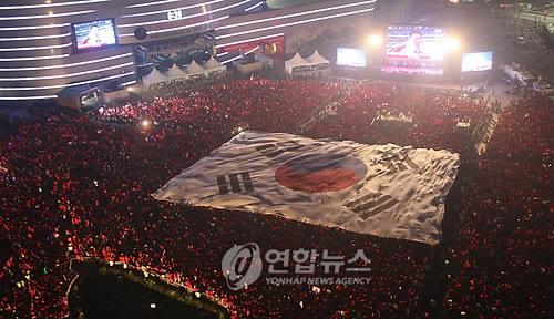 2010年南アフリカ大会で韓国を応援する人々。ソウル市庁前の広場を埋め尽くした(資料写真)=(聯合ニュース)