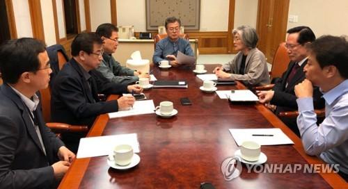 25日未明に開かれた国家安全保障会議(NSC)緊急会議の様子=25日、ソウル(聯合ニュース)