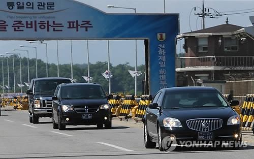 板門店での協議を終え、ソウルに向かう米代表団の車両=30日、京畿道・坡州(聯合ニュース)