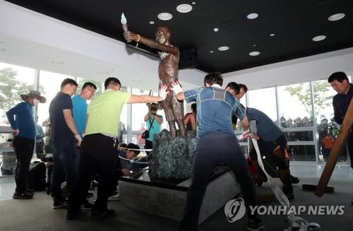 釜山市内の「国立日帝強制動員歴史館」に運ばれた徴用工像=31日、釜山(聯合ニュース)
