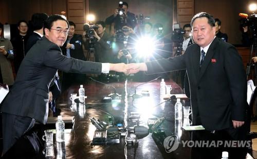 3月29日、板門店で行われた閣僚級会談で握手を交わす韓国の趙明均長官(左)と北朝鮮の李善権委員長(写真共同取材団)=(聯合ニュース)