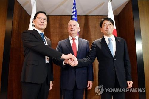 シンガポールで3日開かれた韓米日国防相会談で握手する(左から)宋長官、マティス長官、小野寺防衛相(国防部提供)=(聯合ニュース)