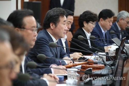 政府ソウル庁舎で開かれた閣議で発言する李首相=5日、ソウル(聯合ニュース)