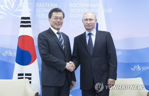 昨年9月、ロシア・ウラジオストクで会談した文大統領(左)とプーチン大統領=(聯合ニュース)