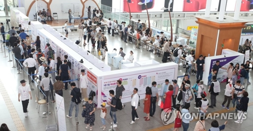 ソウル駅に設けられた期日前投票所=9日、ソウル(聯合ニュース)